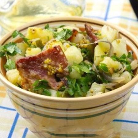 1. Этап. В большой миске смешать картофель, яйца, сельдерей, лук и зеленый перец. Перемешать добавить бекон и заправить <strong>салат с картофелем и беконом</strong>.
