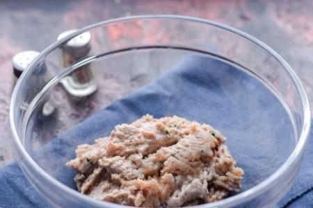 1. Этап. Гусь с картошкой в духовке получается ароматным, сочным и нежным, а картофель просто тает во рту, он пропитан соком мяса и маринада. Такое блюдо готовить очень просто, оно отлично подойдет для всей семьи на любой праздник или просто для сытного ужина. Подавайте с квашенными или свежими овощами, а также с любимыми соусами или горчицей. Чем дольше мясо будет мариноваться тем сочное и ароматней оно будет.