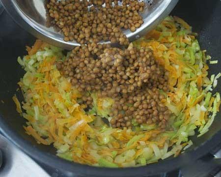 1. Этап. Луковицу мелко нарежтк , а морковь натрите на терке. Налейте в каструлю оливковое масло и поставьте на средний огонь. Добавьте чеснок, лук и морковь и готовте примерно 5 минут. Добавьте чечевицу, 1 литр воды, орегано, розмарин и лавровый лист. Доведите до кипения. Убавьте огонь до минимума, накройте крышкой и варите 10 минут.