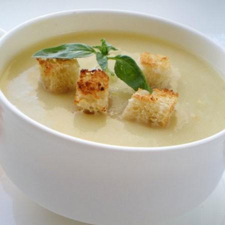 1. Этап. Пюрировать суп с помощью блендера, добавить соль и перец по вкусу. Подавать готовый суп со сметаной или натуральным йогуртом.
