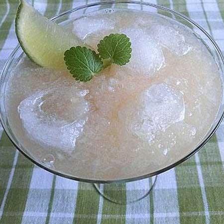1. Этап. В бокалы разложите лед и влейте коктейль. Украсьте листочками мяты и подавайте.