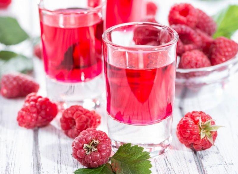 1. Этап. В воде растворите сахар и добавьте в наливку, настаивайте еще 4 дня. После процедите и храните в холодильнику.