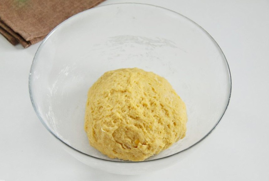 1. Stage. Add pumpkin puree to the crumbs and knead the dough.