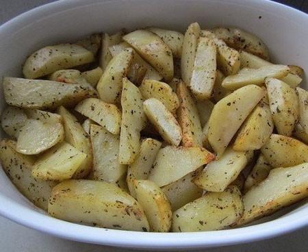 1. Этап. Обжарьте картофель на оливковом или растительном масле до золотистой корочки. Периодически мешайте, но не слишком часто что бы кусочки остались целыми. Выложите картофель в форму для запекания.