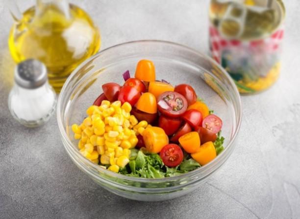 1. Етап. Листя салату порвіть руками і перекладіть в салатник, додайте цибулю, помідори, консервовану кукурудзу і креветки. Посоліть за смаком і заправте оливковою олією, за бажанням можете додати трохи соку лимона.