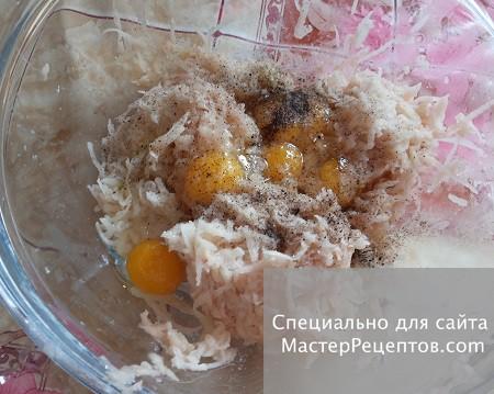 1. Stage. Peel the potatoes, grate, add eggs (I had 4 quail eggs), salt and pepper.