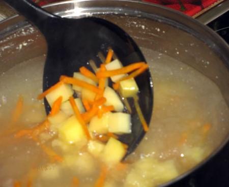 1. Этап. Картофель, морковь и корень сельдерея нарежьте на кубики и добавьте в кастрюлю. Варите до готовности овощей.