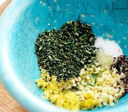 1. Этап. Сначала нужно приготовить маринад для мяса. Чеснок пропустите через пресс, добавьте сок лимона, горчицу, оливковое масло и все остальные специи. Все хорошо перемешайте.
