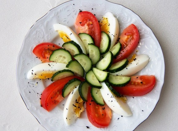 1. Stage. Put tomatoes and eggs on a plate alternately, sprinkle with chopped basil, pepper and salt to taste to taste. Arrange the cucumbers and pour over the butter.