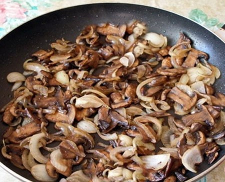 1. Stage. Boil eggs, mushrooms and onions finely chopped and fry in vegetable oil.