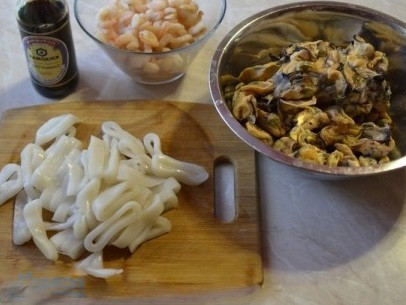 1. Stage. All seafood must be thawed first, cut the squid into rings.