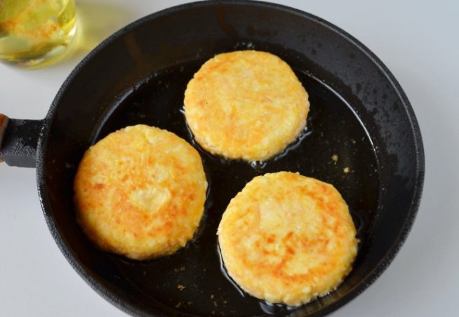 1. Stage. Heat oil in a pan and fry the cheesecakes on both sides until golden brown.