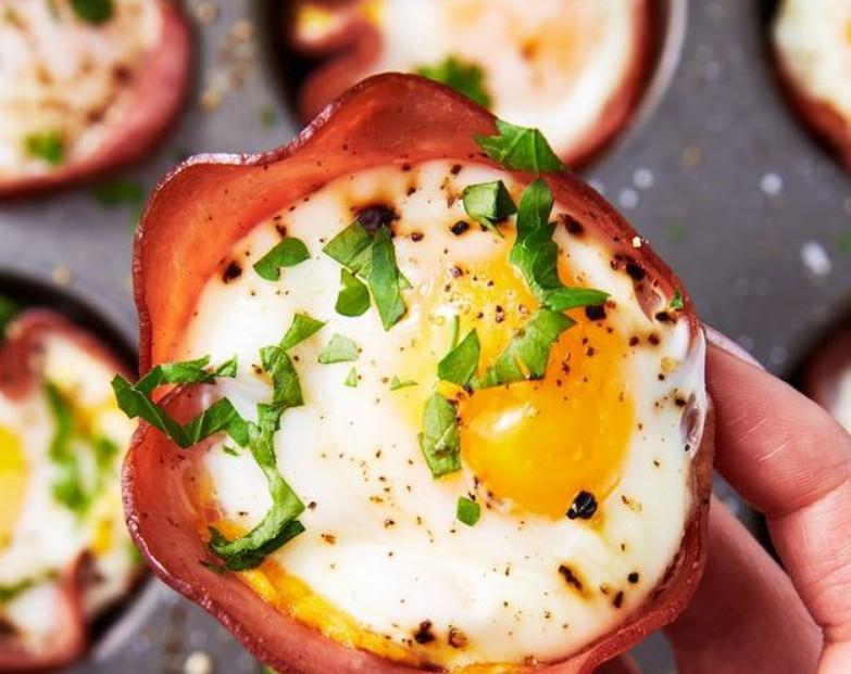 1. Этап. Выпекайте, пока яйца не приготовятся, от 10 до 15 минут (в зависимости от того, насколько жидкие вы любите желтки). Украсить петрушкой и подавать.