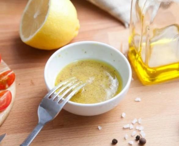 1. Этап. В средней миске взбейте все ингредиенты для заправки до полного смешивания. Приправить солью и перцем.