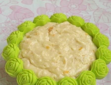 1. Этап. Переложите тесто в форму для выпечки и поставьте в разогретую духовку до 180 градусов, выпекайте 1 час. Затем вытащите кекс с формы и дайте остыть.