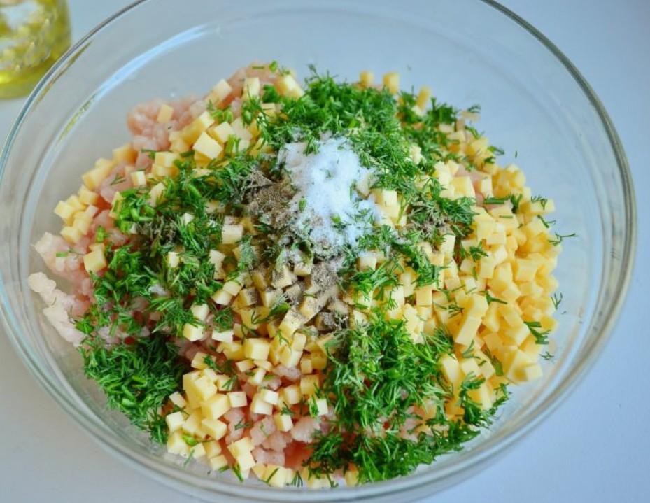 1. Етап. Курячої філе і цибулю пропустіть через мясорубку, до фаршу додайте дрібно нарізаний кріп, сир, сіль і перець за смаком. Добре перемішайте і влийте воду, знову добре перемішайте. Воду беріть дуже холодну.
