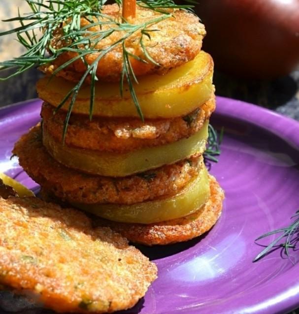 1. Этап. Масло хорошо разогрейте на сковороде. С помощью ложки переложите в сковороду приготовленную массу и обжарьте с обеих сторон до румяности.