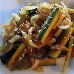 1. Этап. Влить соус терияки, соевый соус и кунжутом. Готовить кабачки пока те не станут мягкими, около 5 минут. Добавить перец и сразу же подавать.