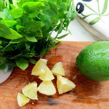 1. Stage. Rinse the lime well, remove the zest, and cut the half of the pulp into cubes. Squeeze the juice from the second half of the lime pulp.
