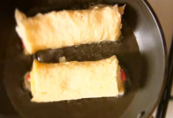 1. Этап. Каждый рулетик обмакните в яйце и обжарьте на сливочном масле с каждой стороны до румяности.