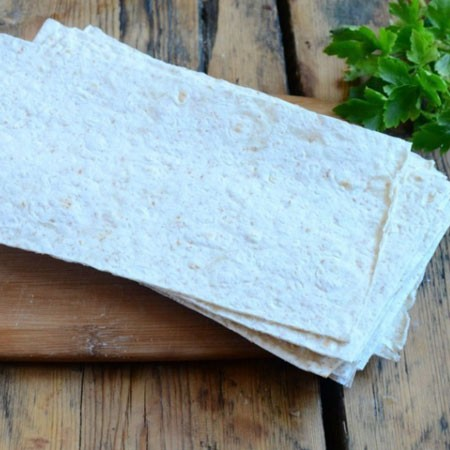 1. Stage. Pita bread should be cut into rectangles, the width should correspond to the length of the sausage.