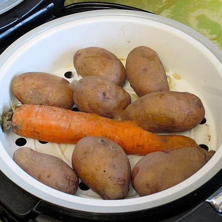 1. Stage. First, boil potatoes and carrots until cooked. Cool and clean.
