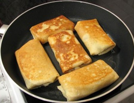 1. Этап. По желанию можете обжарить фаршированные блины на сливочном или растительном масле до румяной корочки.