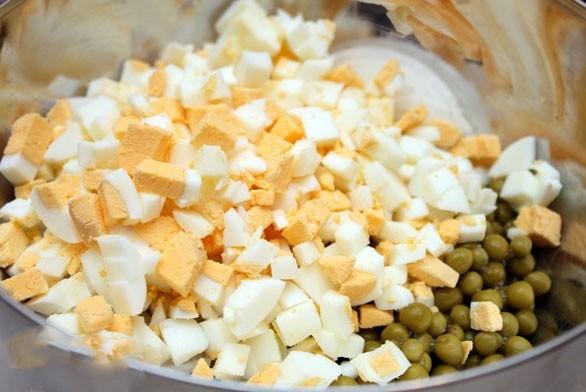 1. Этап. Яйца мелко нарежьте и добавьте в салатник.