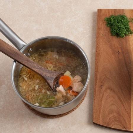 1. Этап. В кастрюлю добавьте лук и оставшийся чеснок. Затем добавьте рыбу нарезанную кубиками и варите несколько минут.