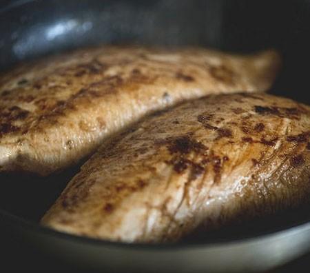 1. Этап. Обжарьте грудки на раскаленной сковороде в течении нескольких минут с обеих сторон. Затем переложите на протвинь и выпекайте при 200 градусах 20-30 минут.