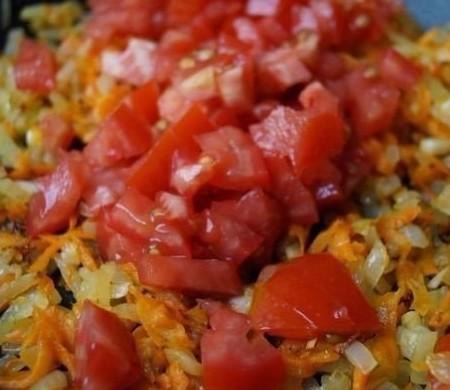1. Этап. Морковь натрите, лук мелко нарежьте и обжарьте на растительном масле до мягкости лука, затем добавьте нарезанный на мелкие кусочки помидор и жарьте еще 2 минуты.