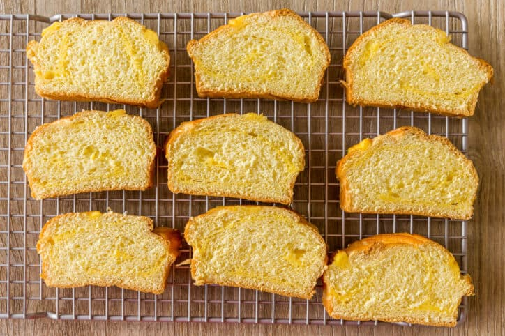 1. Этап. Хлеб нарежьте на кусочки средней толщины и подсушите в духовке или тостере до хрустящей корочки.