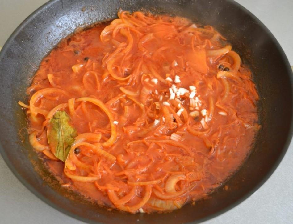 1. Этап. Влейте кипяток, добавьте все специи, сахар, уксус и соль по вкусу. Перемешайте и тушите 3 минуты. В конце добавьте мелко нарезанный чеснок.