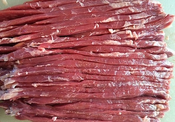1. Stage. For beef, remove the entire film and cut into thin strips along the fibers.