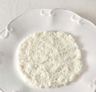 1. Этап. Начнем собирать салат. Белки и желтки смешайте по отдельности с небольшим количеством майонеза, посолите и поперчите немного. На блюдо выложите первыми белки - половину.