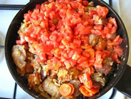 1. Этап. Затем добавьте мелко нарезанные помидоры и тушите еще 10 минут.