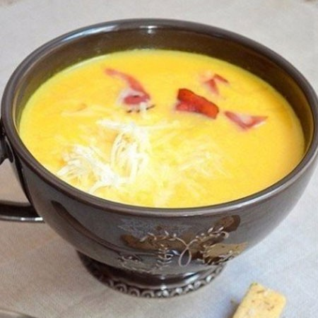 1. Stage. Serve the finished soup with slices of bacon and sprinkle with grated cheese.