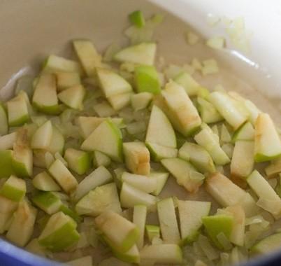 1. Этап. В кастрюле с толстым дном растопите сливочное масло. Обжарьте мелко нарезанный лук до мягкости, затем добавьте мелко нарезанное яблоко, добавьте мелко нарезанный чеснок и готовьте 2 минуты.