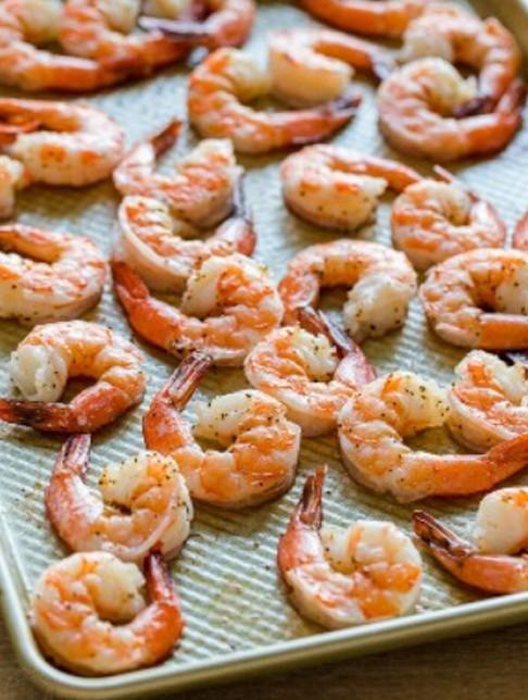 1. Этап. Разогрейте духовку до 200 С. На большом противне перемешайте креветки с маслом, приправьте солью и перцем. Запекайте 5-10 минут, или пока креветки не станут полностью непрозрачными.