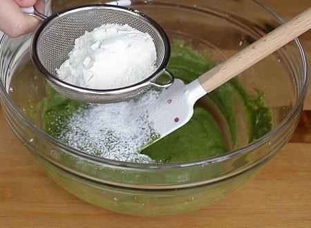 1. Этап. Муку смешайте с разрыхлителем и добавьте в миску. Замесите тесто, оно должно быть мягким и немного липковатым.