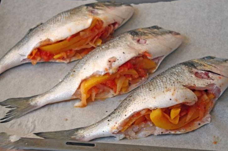1. Stage. Cover the baking sheet with parchment and grease it, shift the fish and bake at 200 degrees for 30 minutes.
