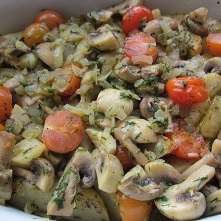 1. Этап. Переложите овощи на картофель и запекайте в духовке при 180 градусах 20 минут. В конце попробуйте на вкус, по необходимости посолите и поперчите. Подавайте горячим.