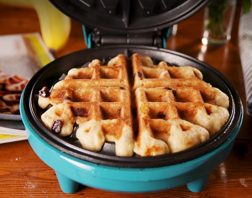 1. Этап. Добавьте 1 стакан теста в вафельницу. Закройте и готовьте до золотистого цвета с обеих сторон. Переложите вафли на тарелку и повторите с оставшимся тестом.  Подавать с кленовым сиропом.