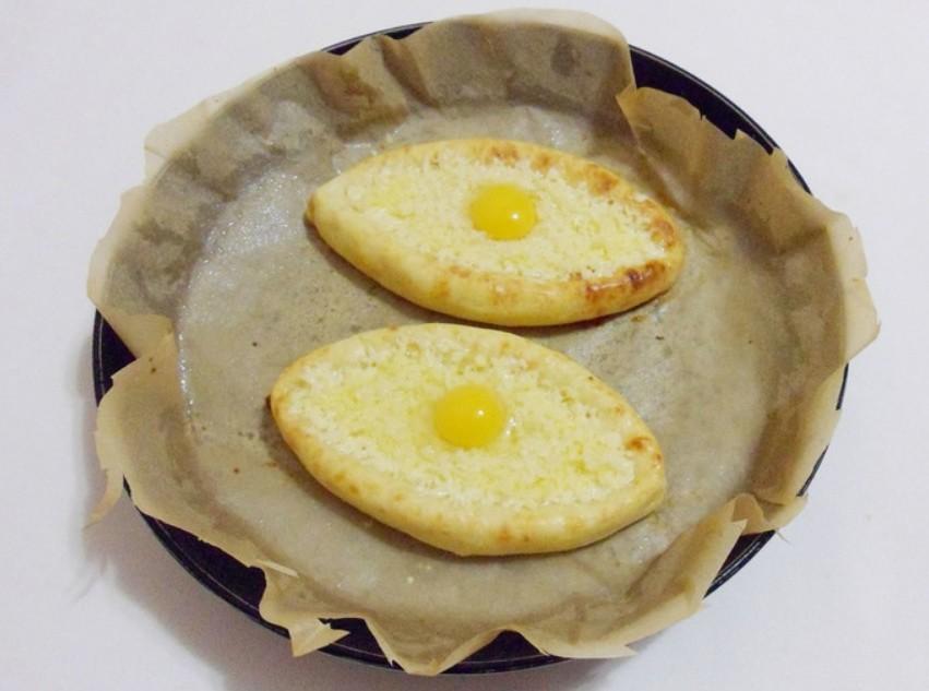 1. Этап. В запеченные лодочки распределите натертый сыр и по одному перепелиному яйцу. Верните в духовку еще на 3 минуты.