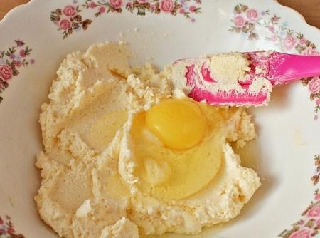 1. Этап. Добавьте к маргарину яйцо и взбейте миксером пока масса не станет пышной.