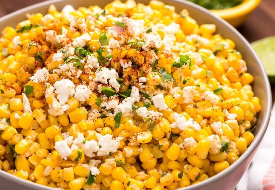 1. Этап. Перед подачей на стол сверху салат посыпьте еще фетой, кинзой и немного чили.