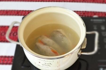 1. Этап. Окуня очистите от чешуи, удалите хвост, жабры и внутренности. Отрежьте головы они пойдут на бульон,хорошо промойте под проточной водой. Воду перелейте в кастрюлю, добавьте очищенную и крупно нарезанную морковь, целый лук, лавровый лист и варите 10 минут, после добавьте головы, соль и перец по вкусу, варите 15 минут. Бульон процедите и верните в кастрюлю, немного бульона оставьте чтобы замочить желатин. В бульон положите окуней и варите на медленном огне 20-25 минут.