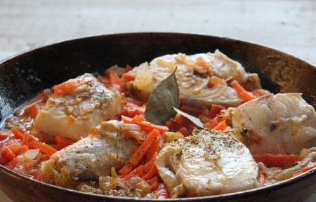 1. Stage. Add finely chopped tomatoes and sauté for a few minutes. Put the pieces of cod, add bay leaf and simmer for 15-20 minutes under the lid. Add spices and salt as needed.