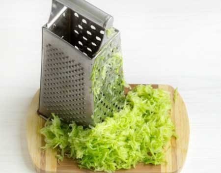 1. Stage. Zucchini grate on a coarse grater.