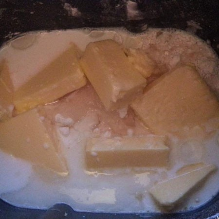 1. Stage. Combine all the loose ingredients, add warm milk, vegetable oil and soft butter.